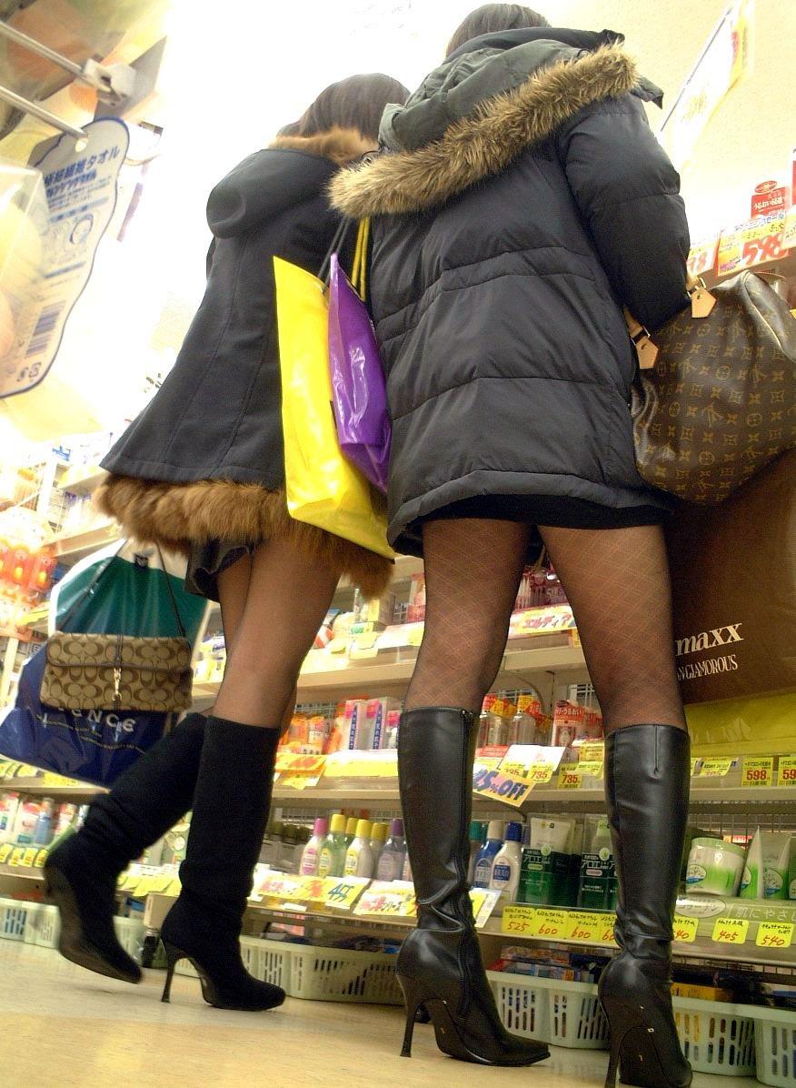 【パンストエロ画像】黒の中にうっすら見える生肌が最高!街撮り大人の女性の黒パンスト美脚 01