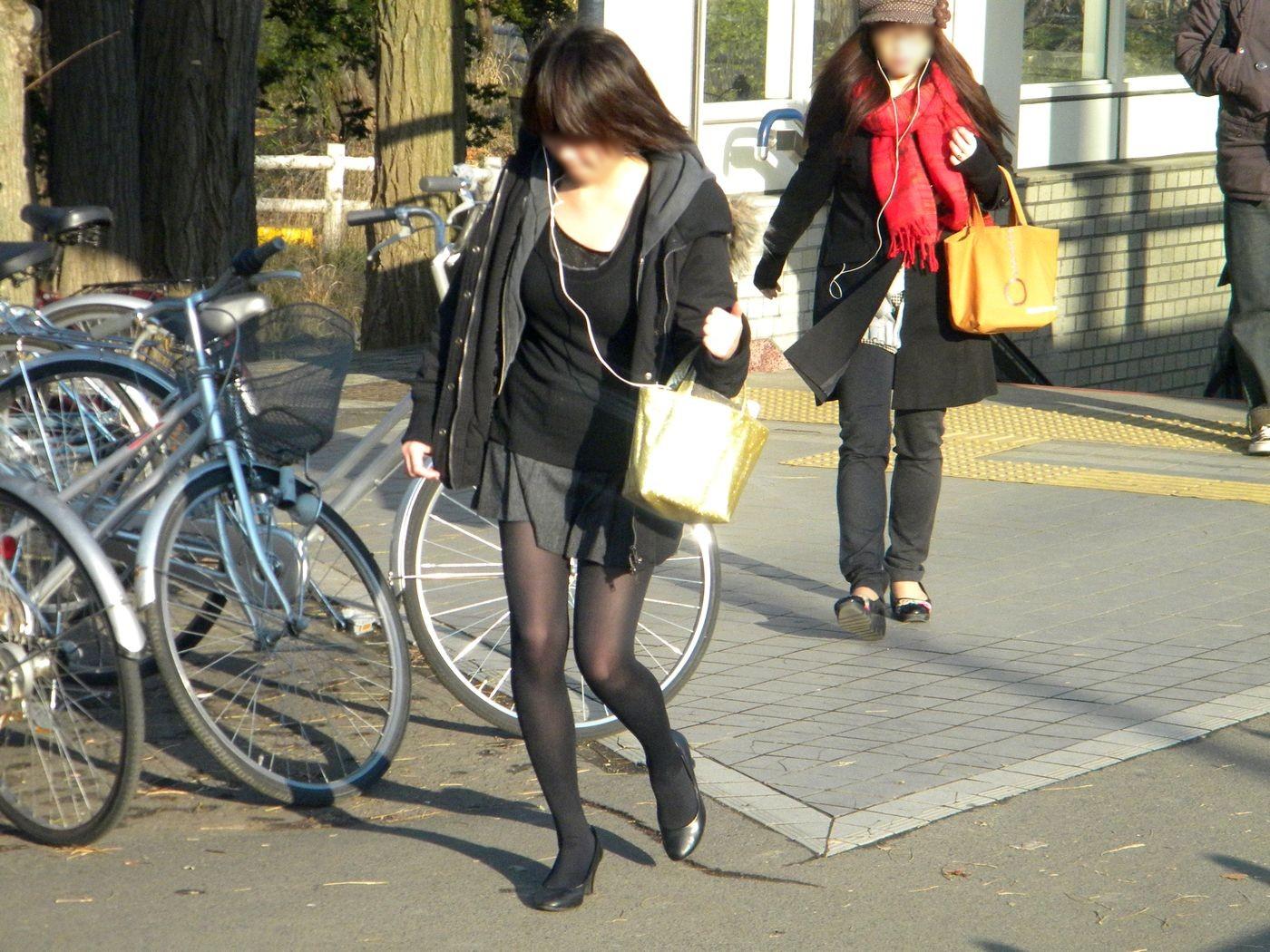 【パンストエロ画像】黒の中にうっすら見える生肌が最高!街撮り大人の女性の黒パンスト美脚 03