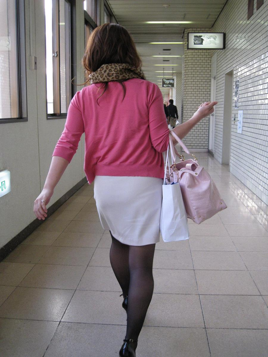 【パンストエロ画像】黒の中にうっすら見える生肌が最高!街撮り大人の女性の黒パンスト美脚 06