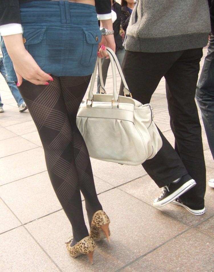 【パンストエロ画像】黒の中にうっすら見える生肌が最高!街撮り大人の女性の黒パンスト美脚 07