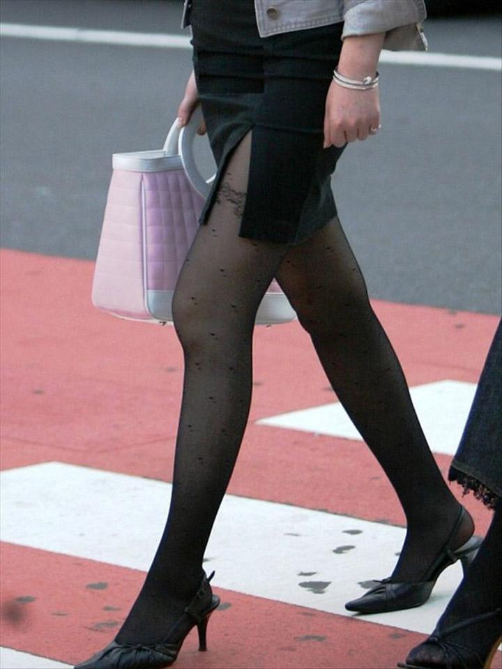 【パンストエロ画像】黒の中にうっすら見える生肌が最高!街撮り大人の女性の黒パンスト美脚 08