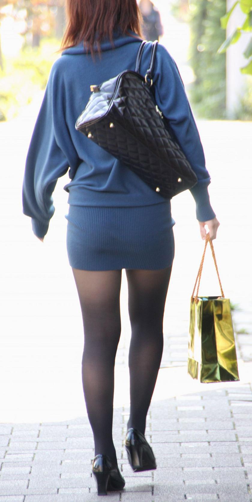 【パンストエロ画像】黒の中にうっすら見える生肌が最高!街撮り大人の女性の黒パンスト美脚 10