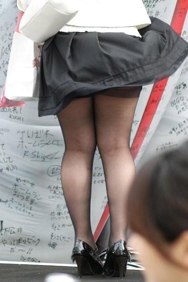 【パンストエロ画像】黒の中にうっすら見える生肌が最高!街撮り大人の女性の黒パンスト美脚 16