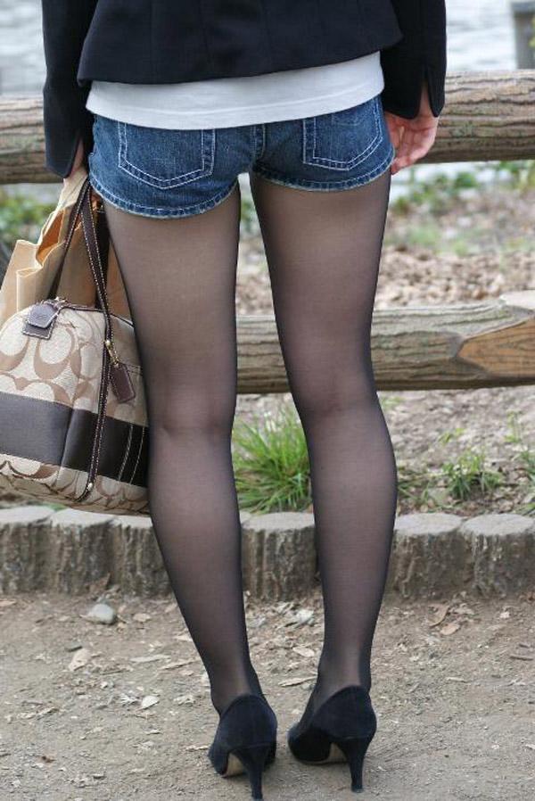 【パンストエロ画像】黒の中にうっすら見える生肌が最高!街撮り大人の女性の黒パンスト美脚 17