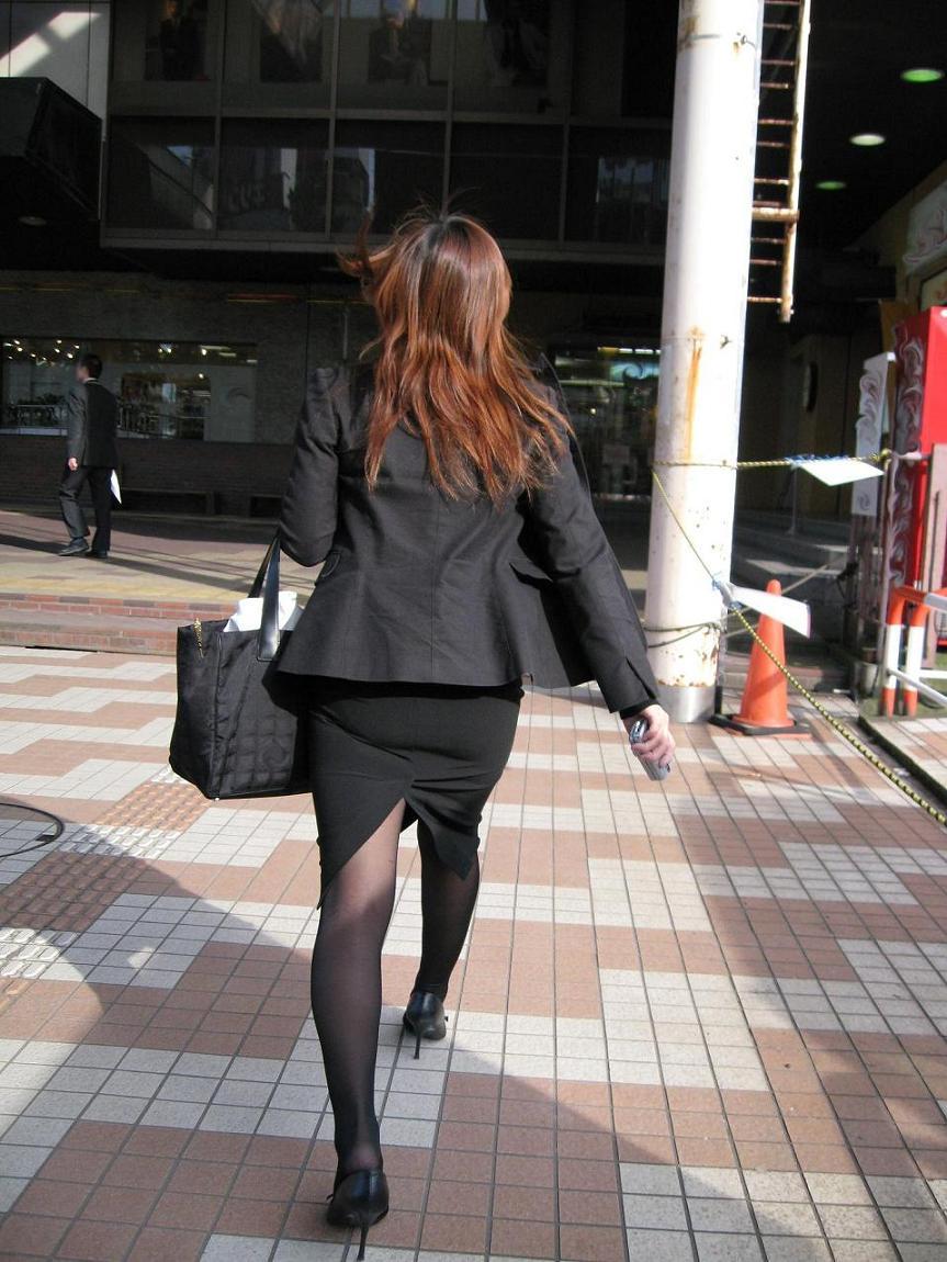 【パンストエロ画像】黒の中にうっすら見える生肌が最高!街撮り大人の女性の黒パンスト美脚 18