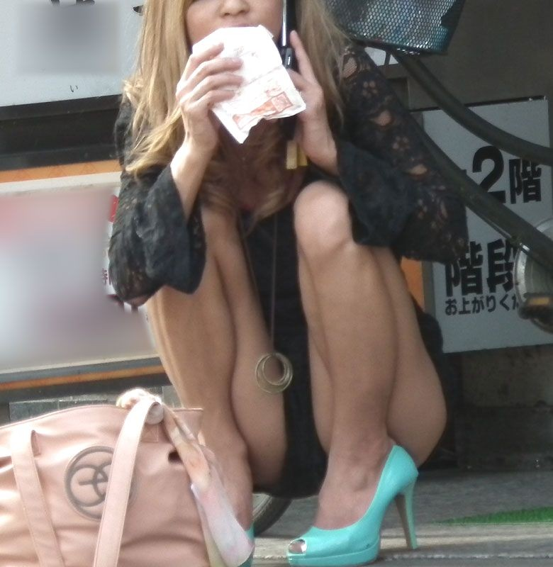 【パンチラエロ画像】どうあがいても丸見えw上品に座れない女子の股開き座りチラwww 01