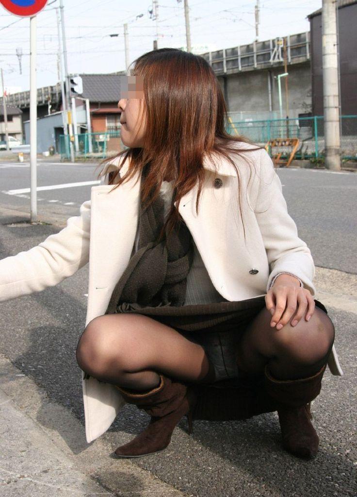 【パンチラエロ画像】どうあがいても丸見えw上品に座れない女子の股開き座りチラwww 06
