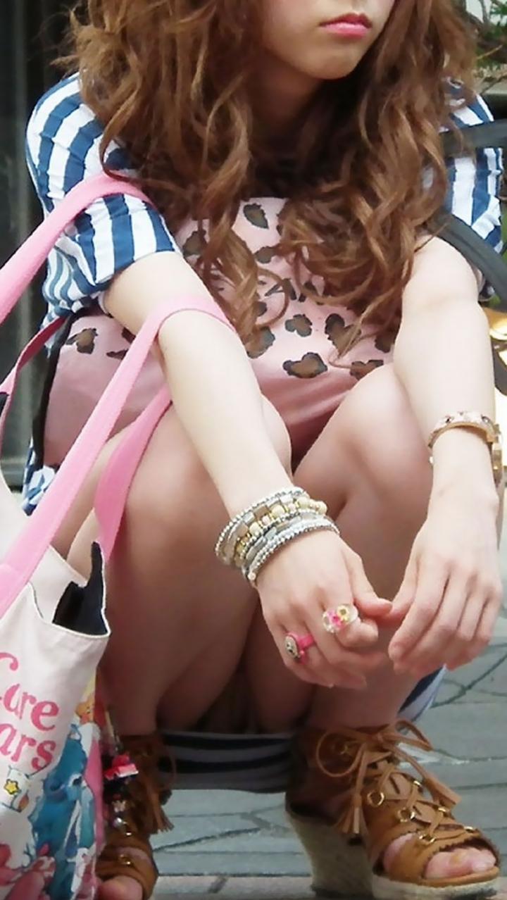 【パンチラエロ画像】どうあがいても丸見えw上品に座れない女子の股開き座りチラwww 10