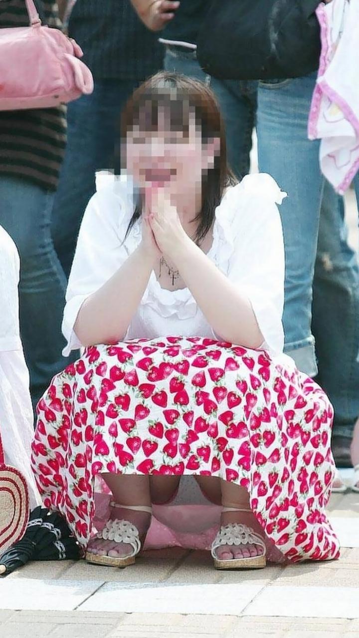 【パンチラエロ画像】どうあがいても丸見えw上品に座れない女子の股開き座りチラwww 20
