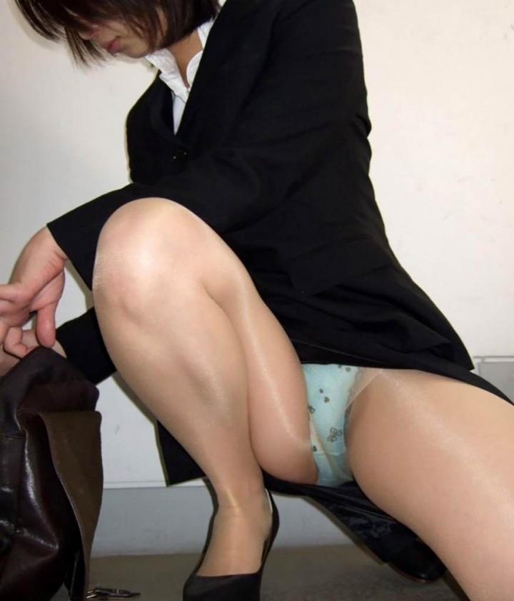 【パンチラエロ画像】膨らんだ股間も余裕があれば見ておきたい!股開きすぎしゃがみパンチラwww 04