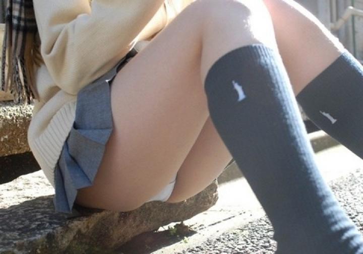 【パンチラエロ画像】膨らんだ股間も余裕があれば見ておきたい!股開きすぎしゃがみパンチラwww 07