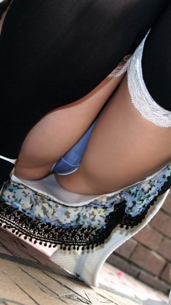 【パンチラエロ画像】膨らんだ股間も余裕があれば見ておきたい!股開きすぎしゃがみパンチラwww 09