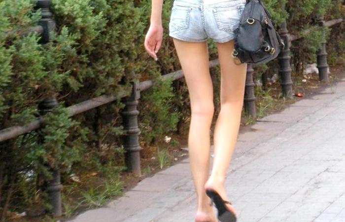 【美脚エロ画像】ムッチリ無くても大丈夫wとても美しく見えてしまうスレンダーな女の細脚www 001