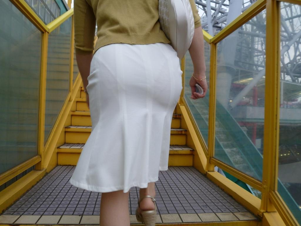 【透けパンエロ画像】この姿で街出たら即下着バレwお尻がクッキリ透けた着衣尻女性たちwww 02