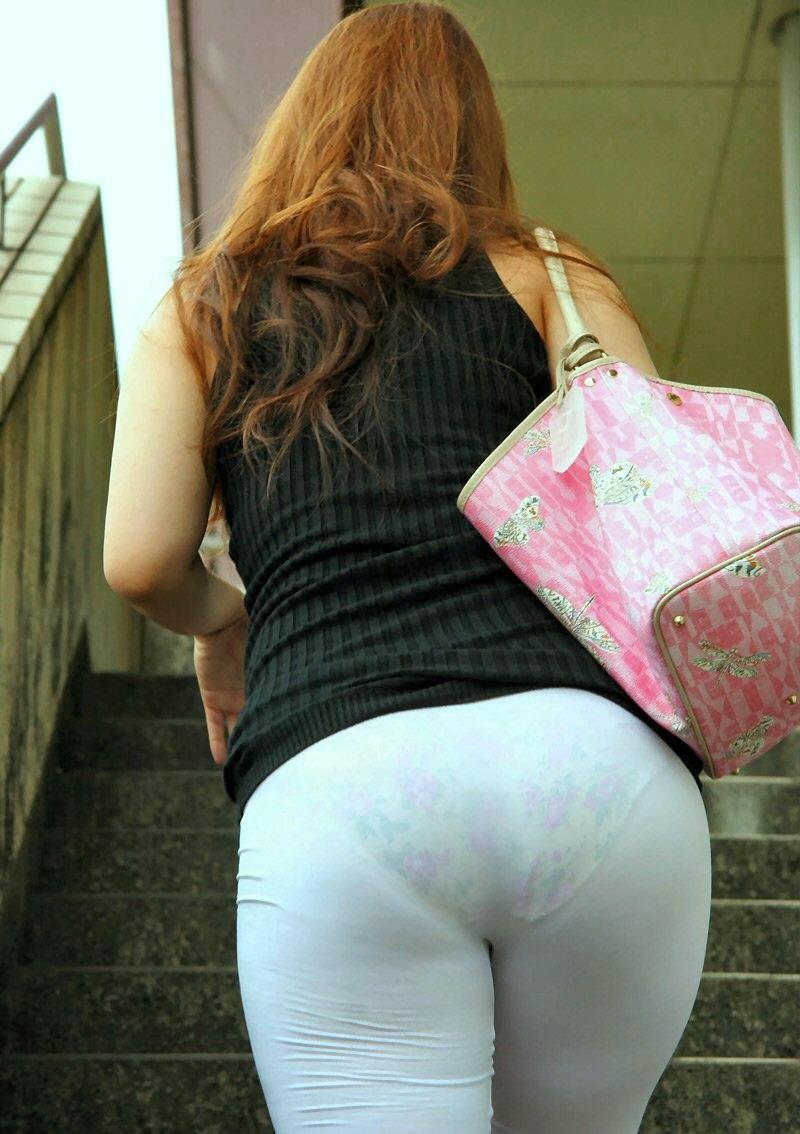 【透けパンエロ画像】この姿で街出たら即下着バレwお尻がクッキリ透けた着衣尻女性たちwww 03