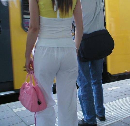 【透けパンエロ画像】この姿で街出たら即下着バレwお尻がクッキリ透けた着衣尻女性たちwww 05