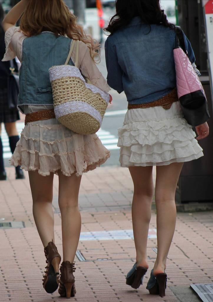 【透けパンエロ画像】この姿で街出たら即下着バレwお尻がクッキリ透けた着衣尻女性たちwww 10