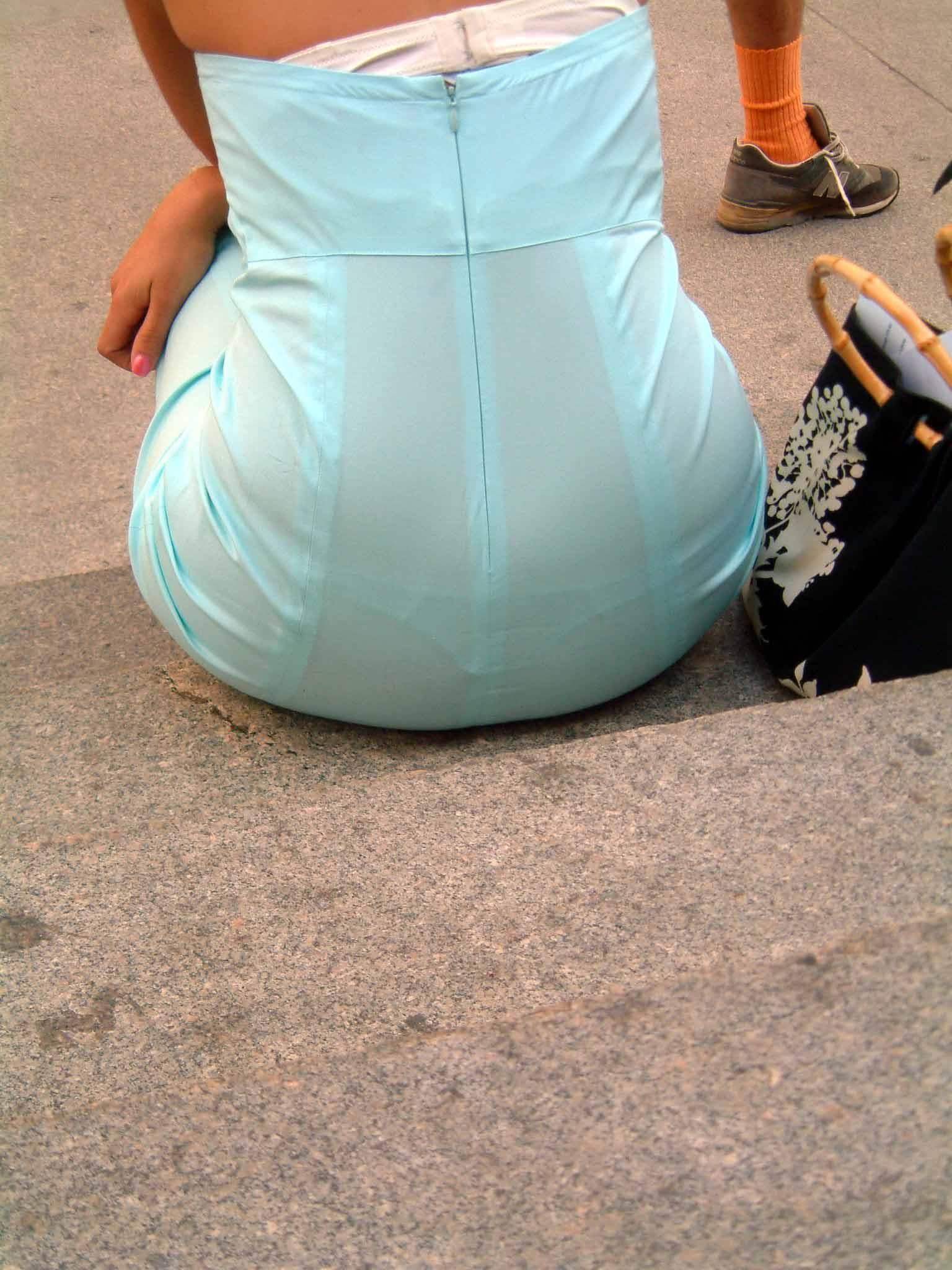 【透けパンエロ画像】この姿で街出たら即下着バレwお尻がクッキリ透けた着衣尻女性たちwww 12