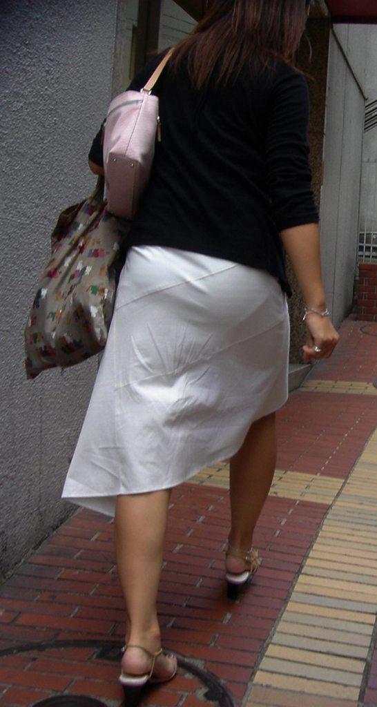 【透けパンエロ画像】この姿で街出たら即下着バレwお尻がクッキリ透けた着衣尻女性たちwww 18