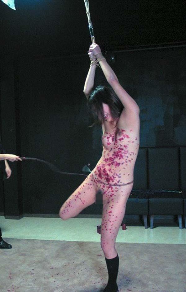 【SMエロ画像】迂闊に真似はNGですwアツアツの熱蝋で責められる女体www 16
