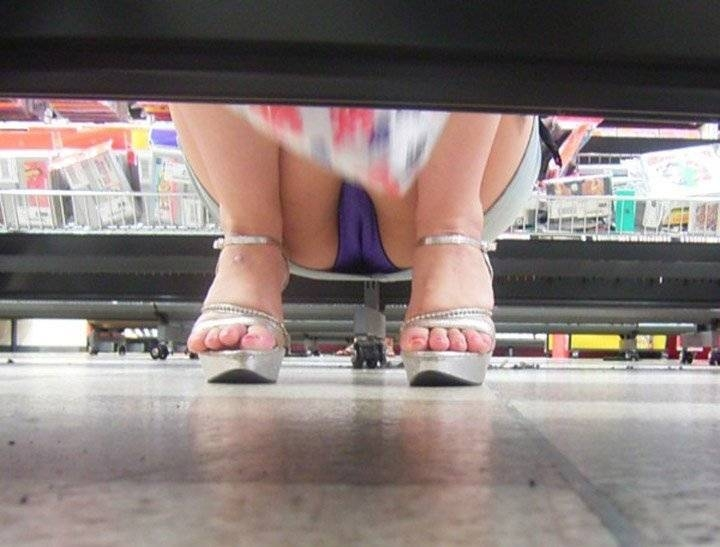 【パンチラエロ画像】パンツ見たさに今日も冷やかしw浮きスジも見逃さない棚下からパンチラwww 06