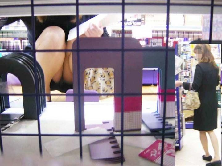【パンチラエロ画像】パンツ見たさに今日も冷やかしw浮きスジも見逃さない棚下からパンチラwww 08