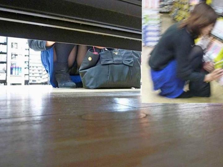 【パンチラエロ画像】パンツ見たさに今日も冷やかしw浮きスジも見逃さない棚下からパンチラwww 12