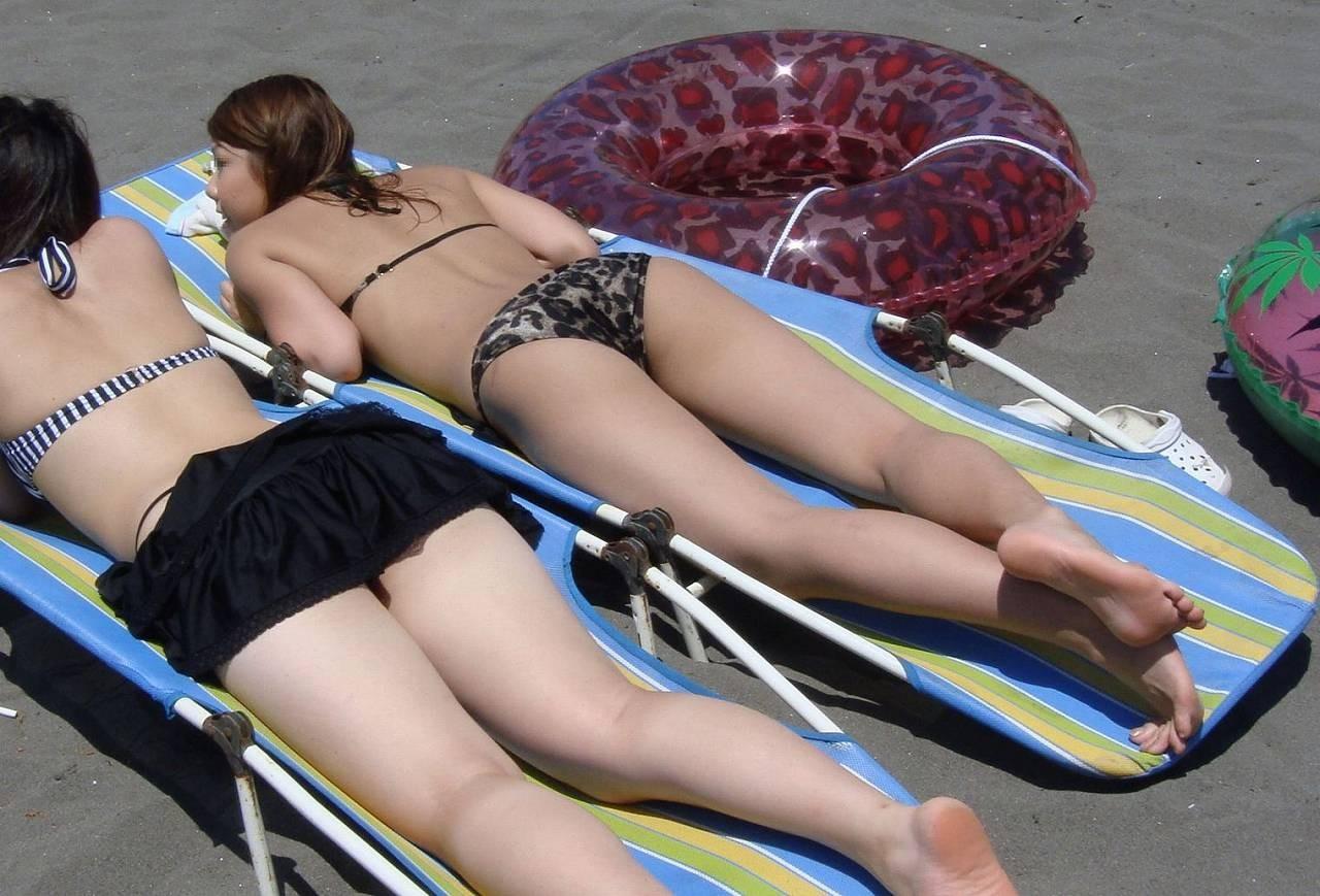 【水着エロ画像】日光浴で寝ているビキニギャル…今にもハミ出しそうで持ち帰りしたくなる卑猥さwww 06