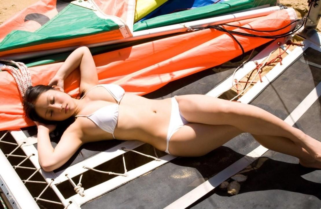 【水着エロ画像】日光浴で寝ているビキニギャル…今にもハミ出しそうで持ち帰りしたくなる卑猥さwww 10