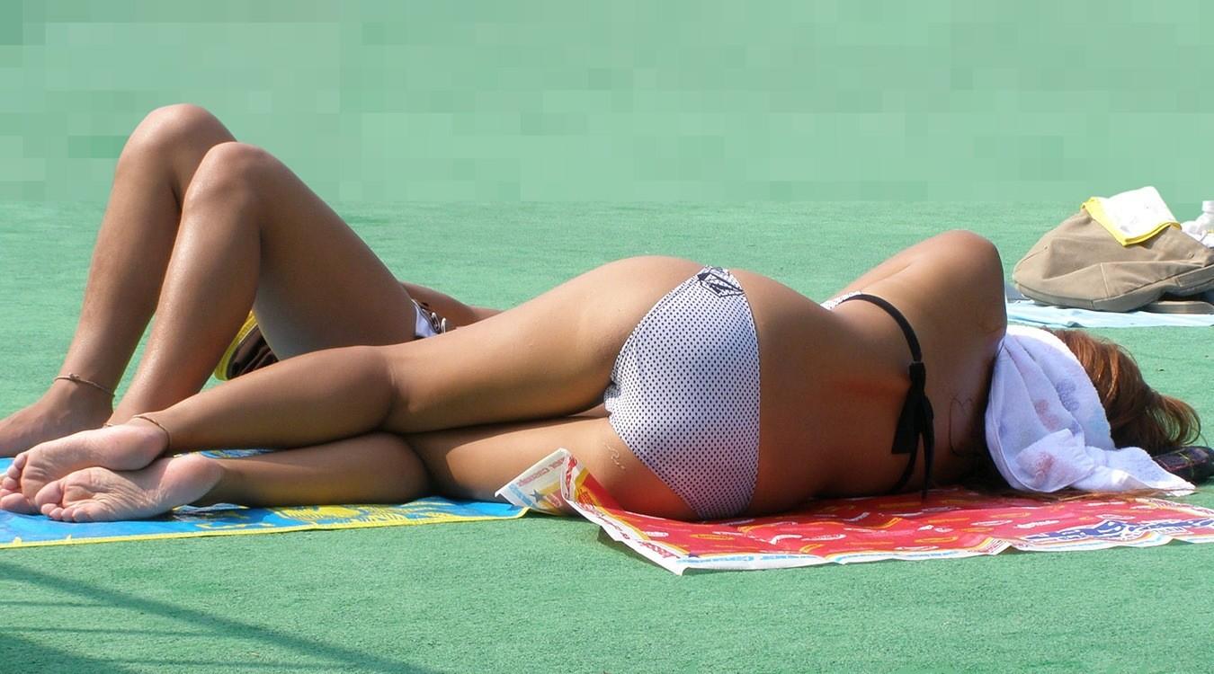 【水着エロ画像】日光浴で寝ているビキニギャル…今にもハミ出しそうで持ち帰りしたくなる卑猥さwww 17