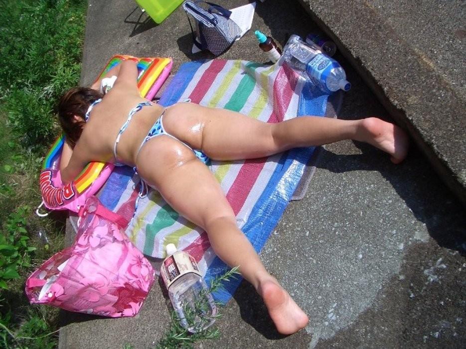 【水着エロ画像】日光浴で寝ているビキニギャル…今にもハミ出しそうで持ち帰りしたくなる卑猥さwww 18