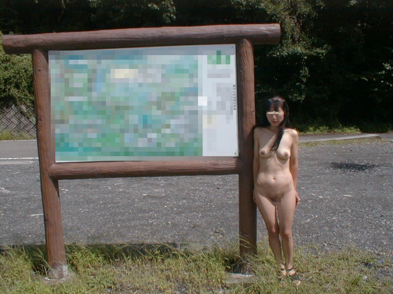 【露出エロ画像】最初は乳首1つ出したっきりだったのに…場数踏んで全裸も余裕な野外露出マニア達www 03