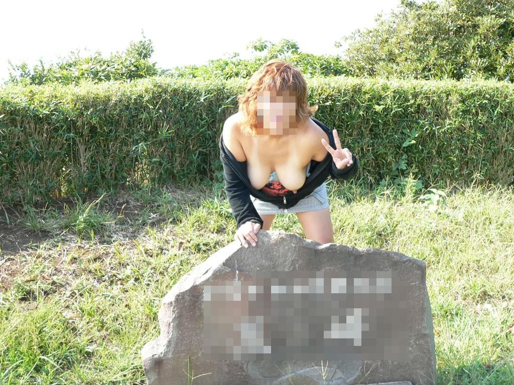 【露出エロ画像】最初は乳首1つ出したっきりだったのに…場数踏んで全裸も余裕な野外露出マニア達www 11