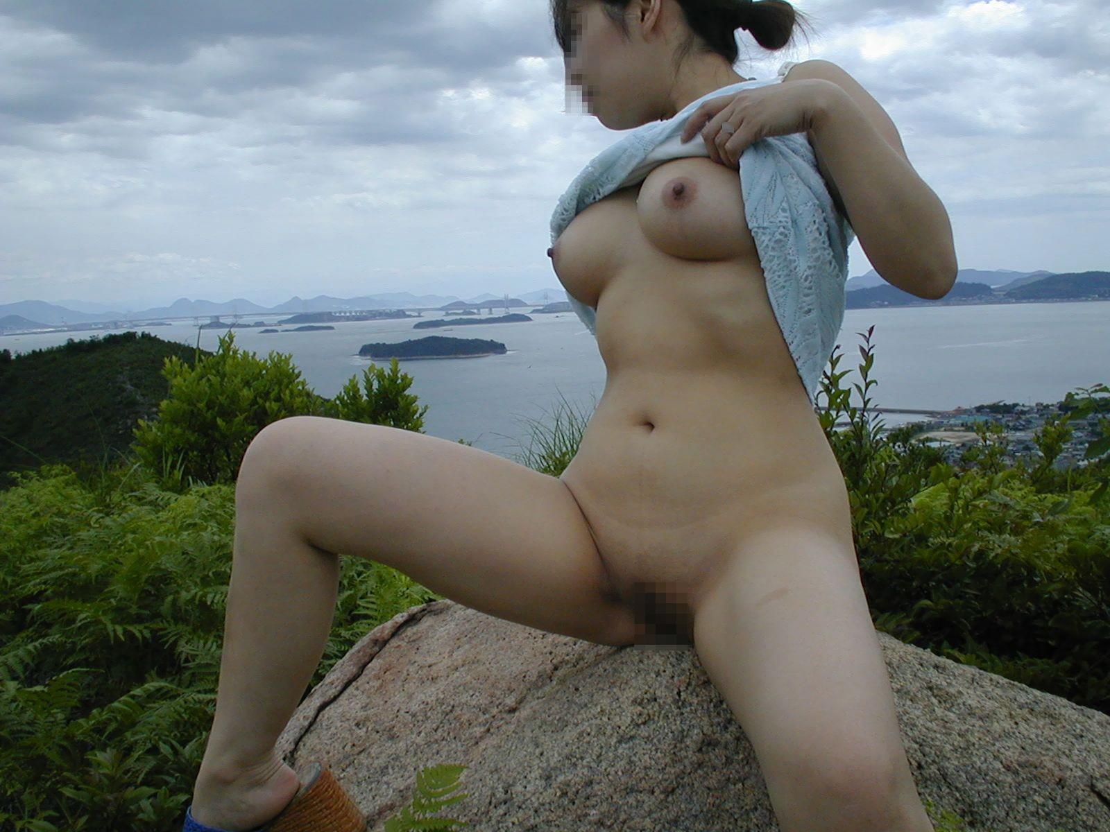 【露出エロ画像】最初は乳首1つ出したっきりだったのに…場数踏んで全裸も余裕な野外露出マニア達www 18