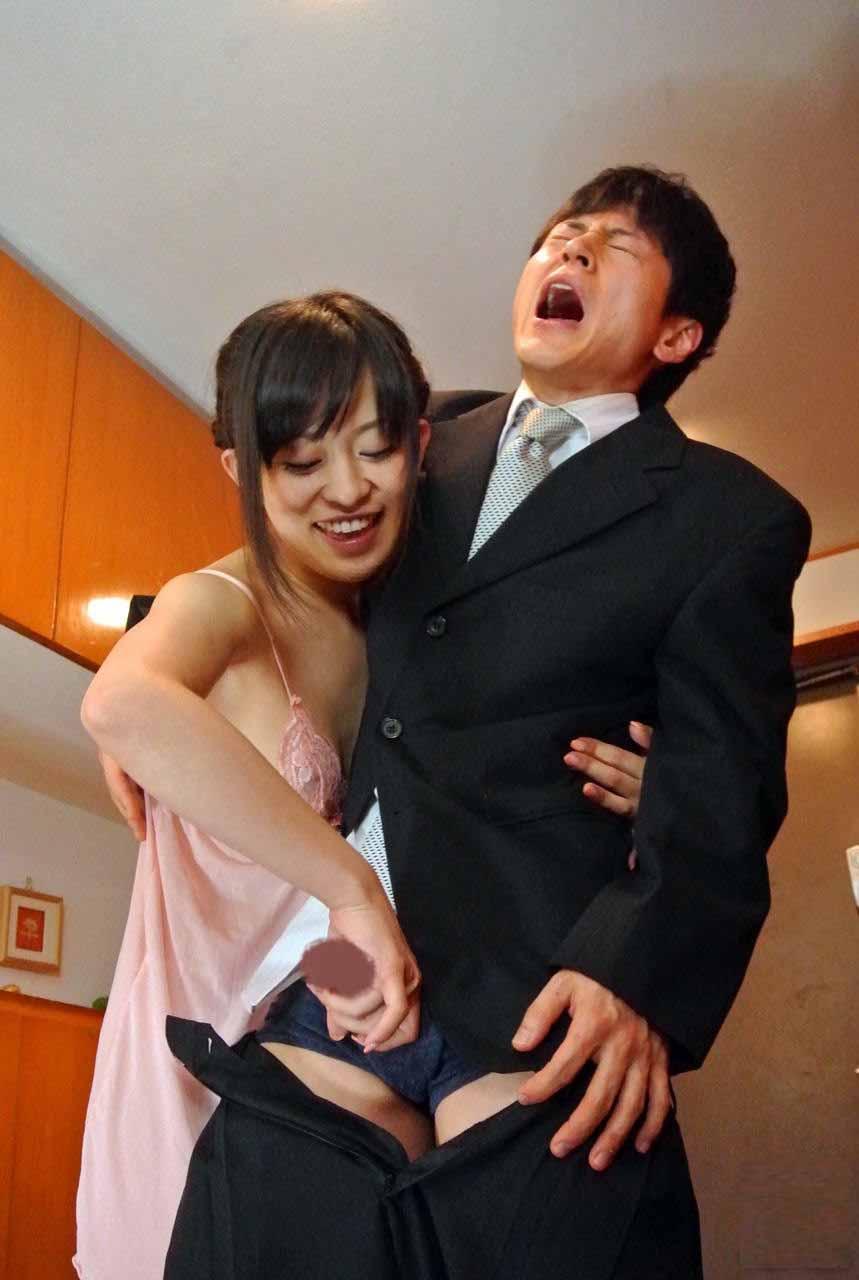 【痴女エロ画像】今や女が性でも主導権を握り出す時代wM男が苦しみながら歓喜する痴女プレイwww 08