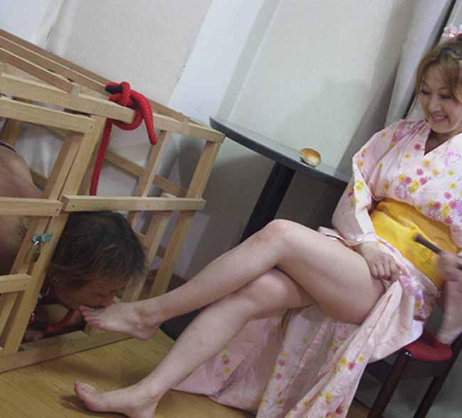 【痴女エロ画像】今や女が性でも主導権を握り出す時代wM男が苦しみながら歓喜する痴女プレイwww 09