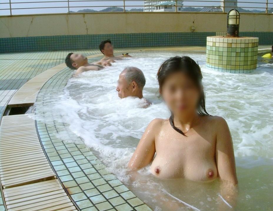 【入浴エロ画像】湯船に浮かぶって本当wお風呂で揺らめく柔らかおっぱいwww 01