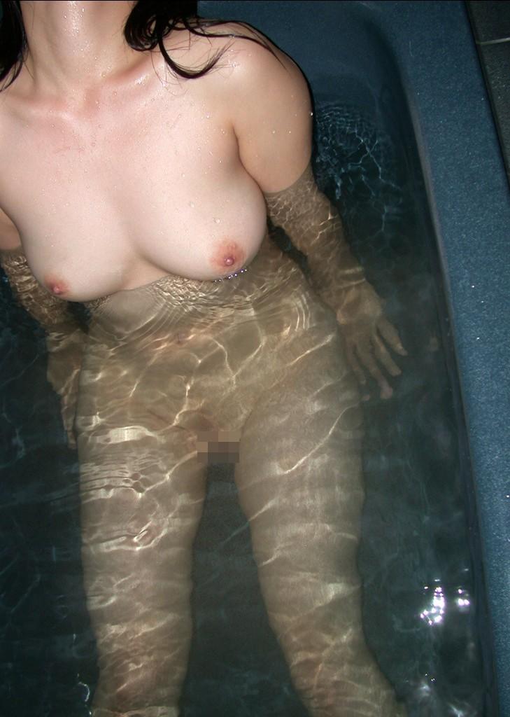 【入浴エロ画像】湯船に浮かぶって本当wお風呂で揺らめく柔らかおっぱいwww 11