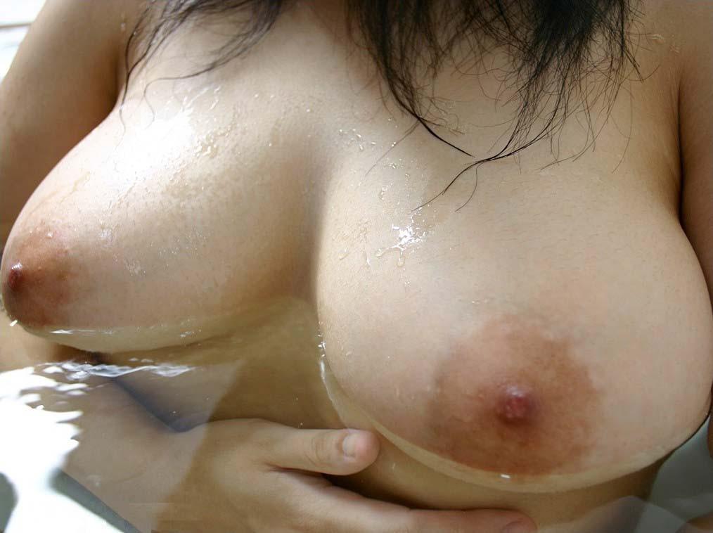【入浴エロ画像】湯船に浮かぶって本当wお風呂で揺らめく柔らかおっぱいwww 18