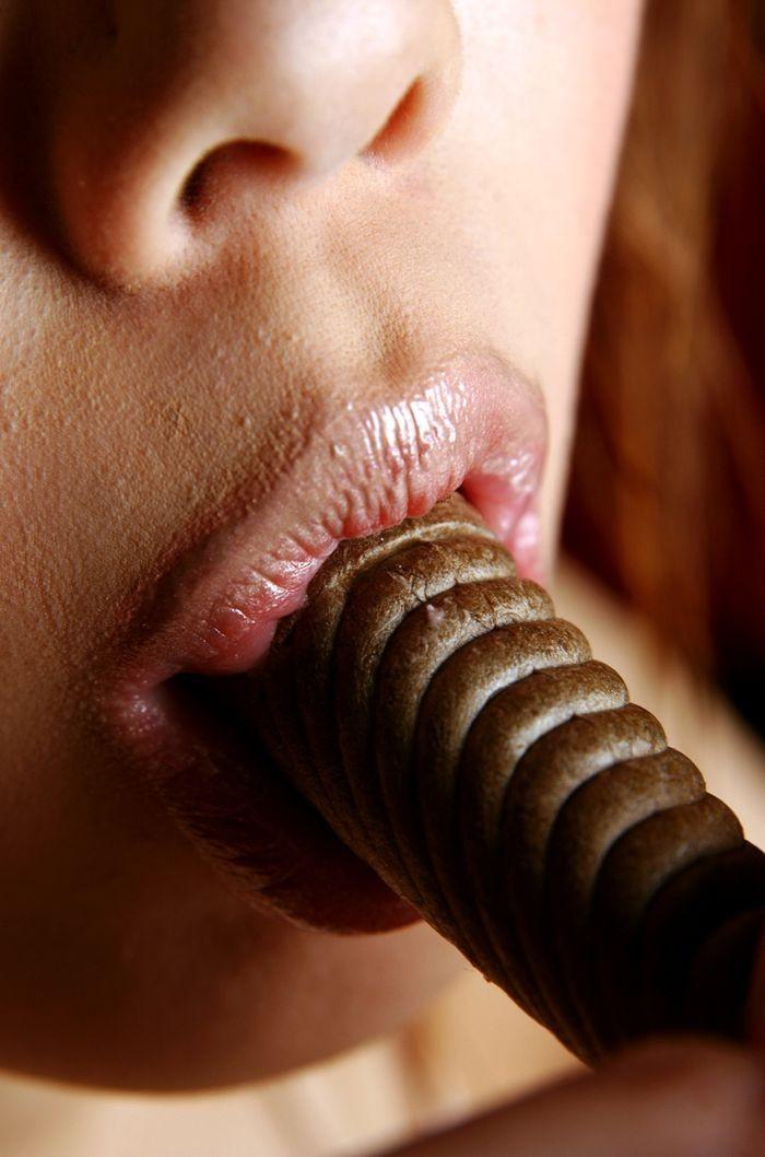 【飲食フェチエロ画像】早く実物味わわせてやりたい…エロい舐め方食い方する女の子www 14