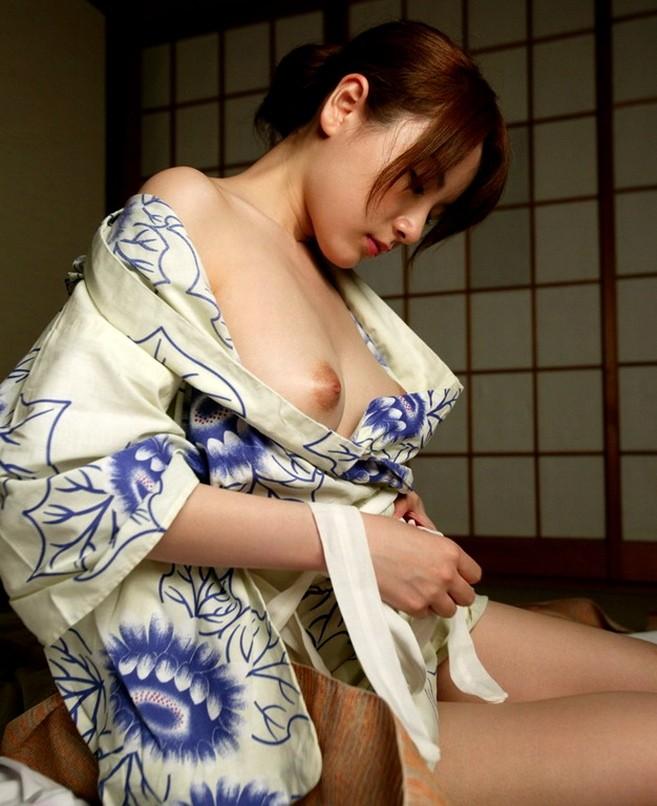 【和服エロ画像】ノーブラノーパンが和装淑女の嗜みw着物から零れた垂涎モノの柔肌www 06