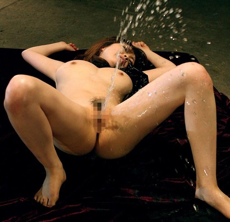 【潮吹きエロ画像】尿とは違うのだよ尿とは!でも未だに謎な女の潮吹きwww 17