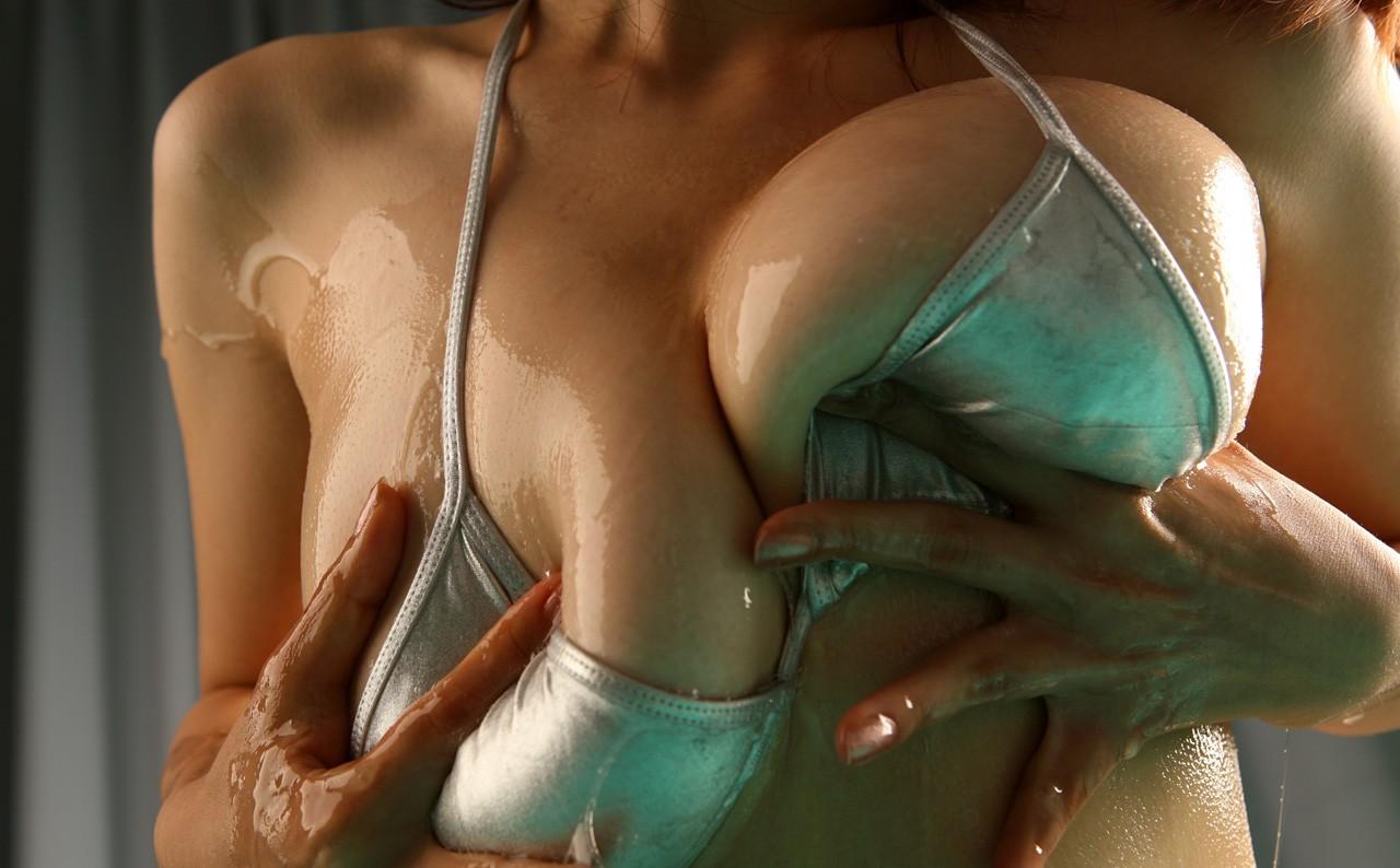 【巨乳エロ画像】ローションとの相性抜群なおっぱいが見事にヌルヌルwww 04