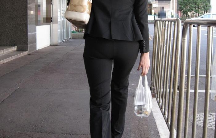 【OLエロ画像】タイトより尻が目立ってるかも…パンツスーツ女子のエロい下半身www 001