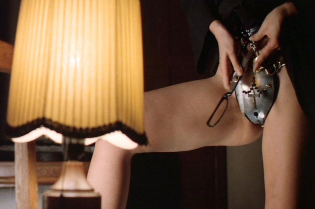 【SMエロ画像】究極の浮気防止の道具w貞操帯で下半身を封印された女www 09