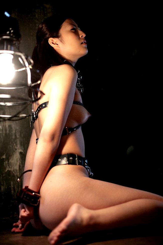 【SMエロ画像】究極の浮気防止の道具w貞操帯で下半身を封印された女www 15