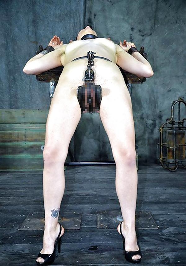 【SMエロ画像】究極の浮気防止の道具w貞操帯で下半身を封印された女www 18