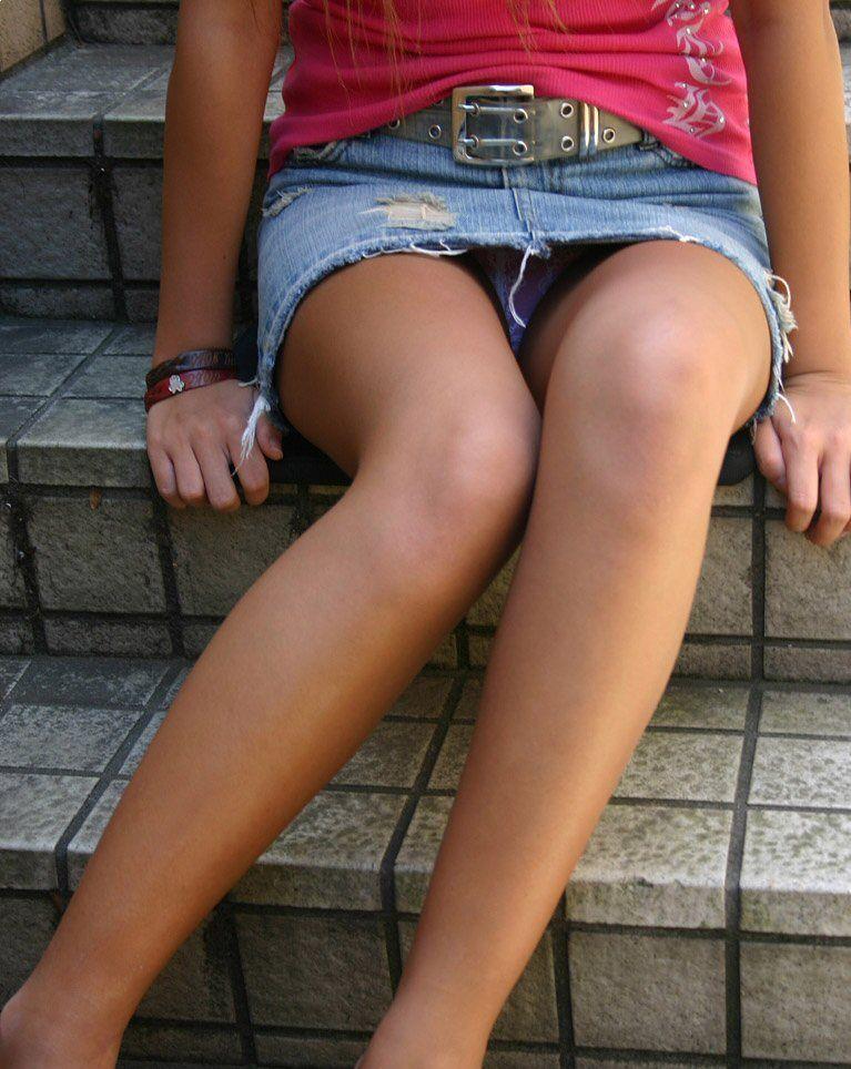 【ミニスカエロ画像】美脚とパンツに需要ある限り不滅!ミニスカ女子のチラ見えエロスwww 15
