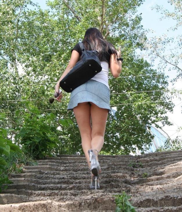 【パンチラエロ画像】見上げるのはお約束wローアングルで下着とお尻観察www 06