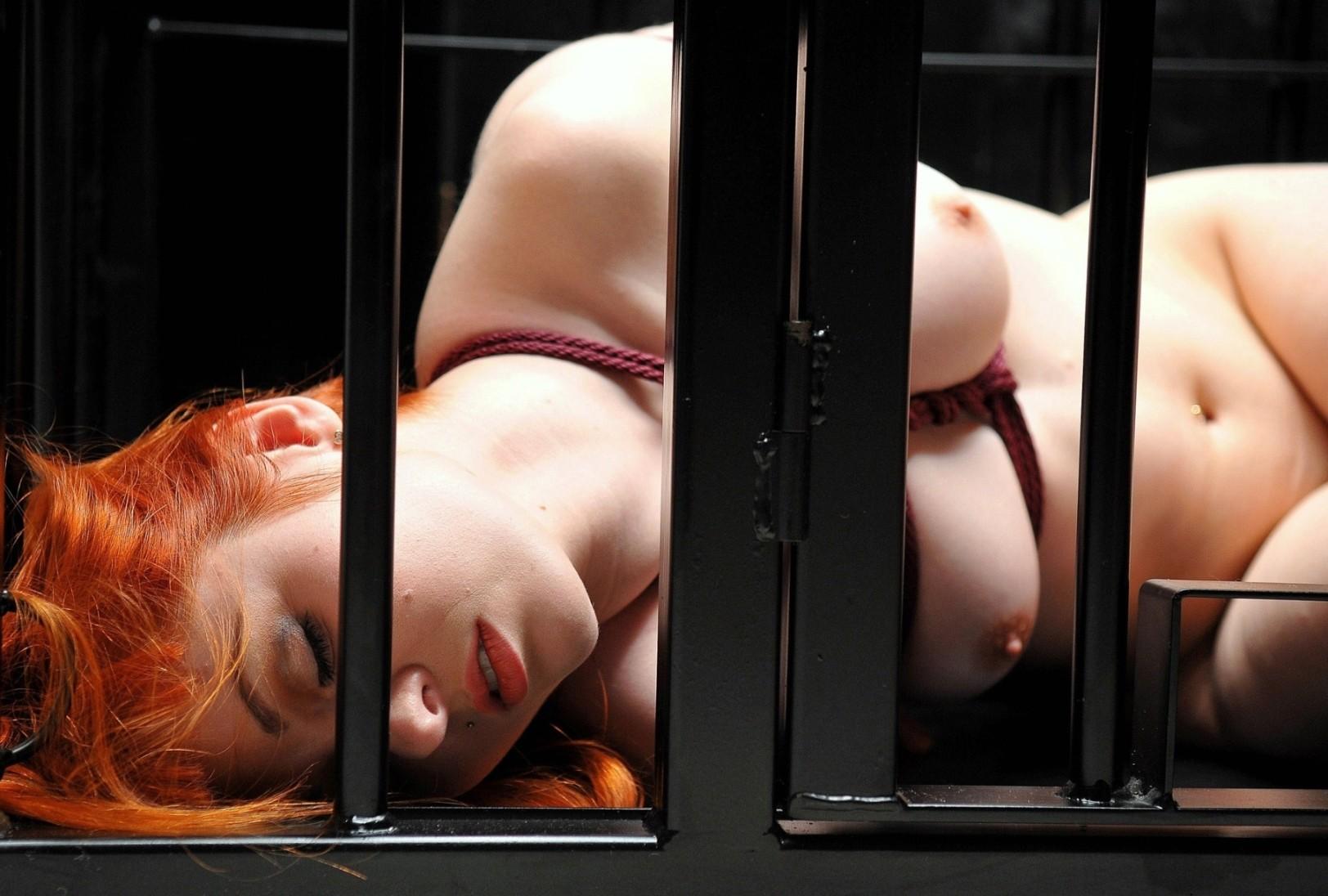 【SMエロ画像】惨め過ぎて逆に従いたくなる…狭い檻に閉じ込められたM女www 04